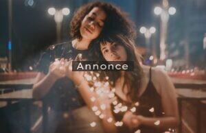 To veninder med julelys i hænderne.